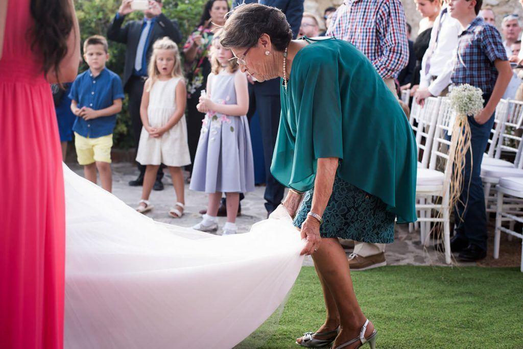 recojiendo en vestido de novias